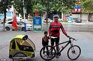 Bé gái 4 tuổi cùng bố khám phá Trung Quốc bằng xe đạp