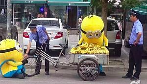 Minion bán chuối trên đường phố trung quốc