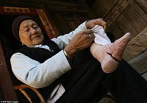 Tục lệ bó chân gót sen đầy đau đớn của phụ nữ Trung Quốc