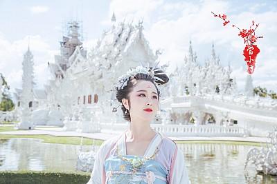 Cô gái Trung Quốc xinh xắn với quần áo truyền thống để đi du lịch