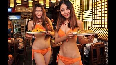 Thưởng thức lẩu với phục vụ mặc đồng phục bikini tại Đài Bắc
