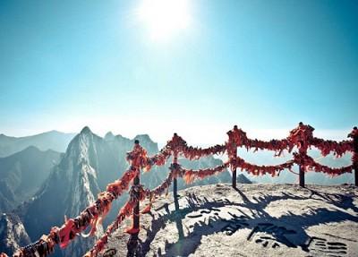 Trải nghiệm con đường leo núi nguy hiểm ở Trung Quốc