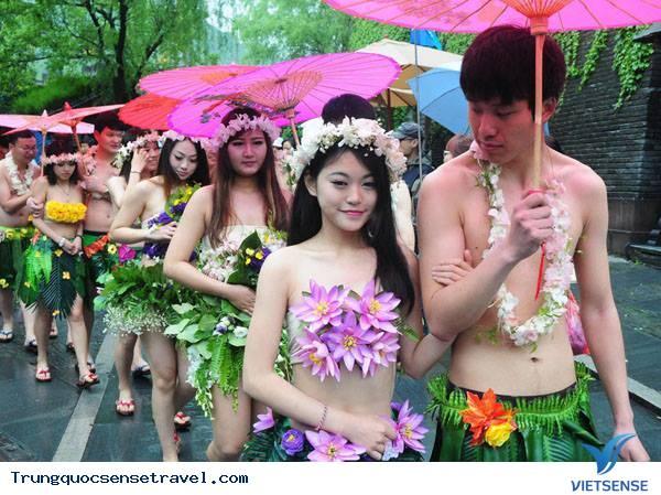 Đám cưới không quần áo, chỉ che bằng cây cỏ tại Trung Quốc,dam cuoi khong quan ao chi che bang cay co tai trung quoc